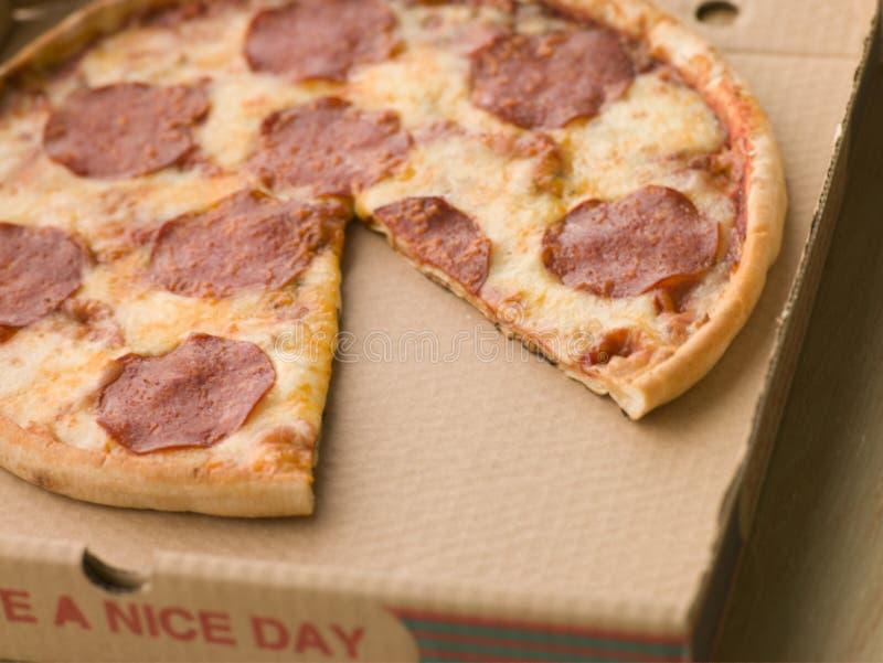 Pizza de Pepperoni em uma caixa levar embora foto de stock
