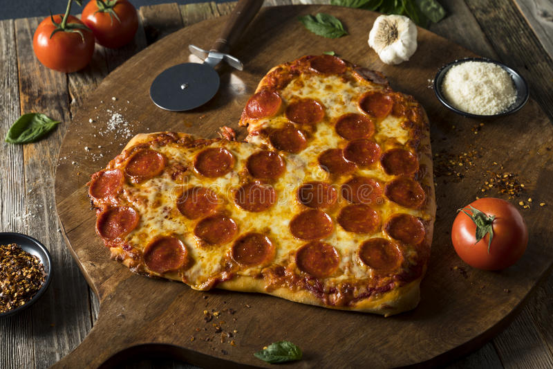 Pizza de pepperoni en forme de coeur faite maison photo libre de droits