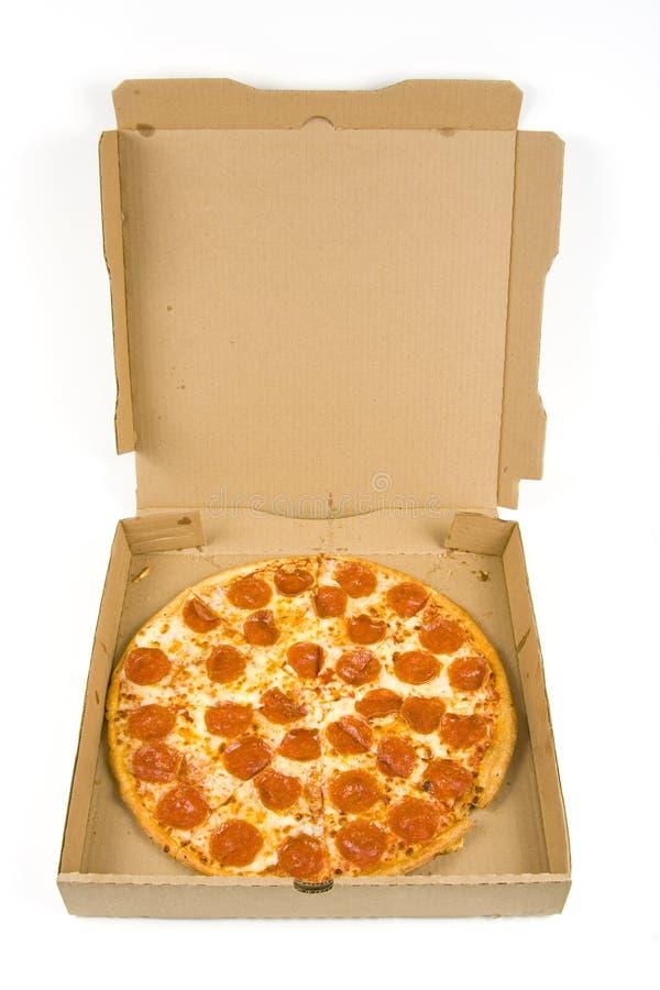 Pizza de pepperoni inteira em uma caixa imagens de stock