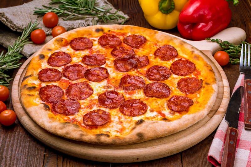 Pizza de Pepperoni na placa foto de stock