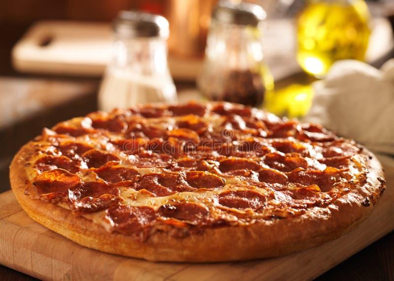 Pizza de Pepperoni no restaurante foto de stock royalty free