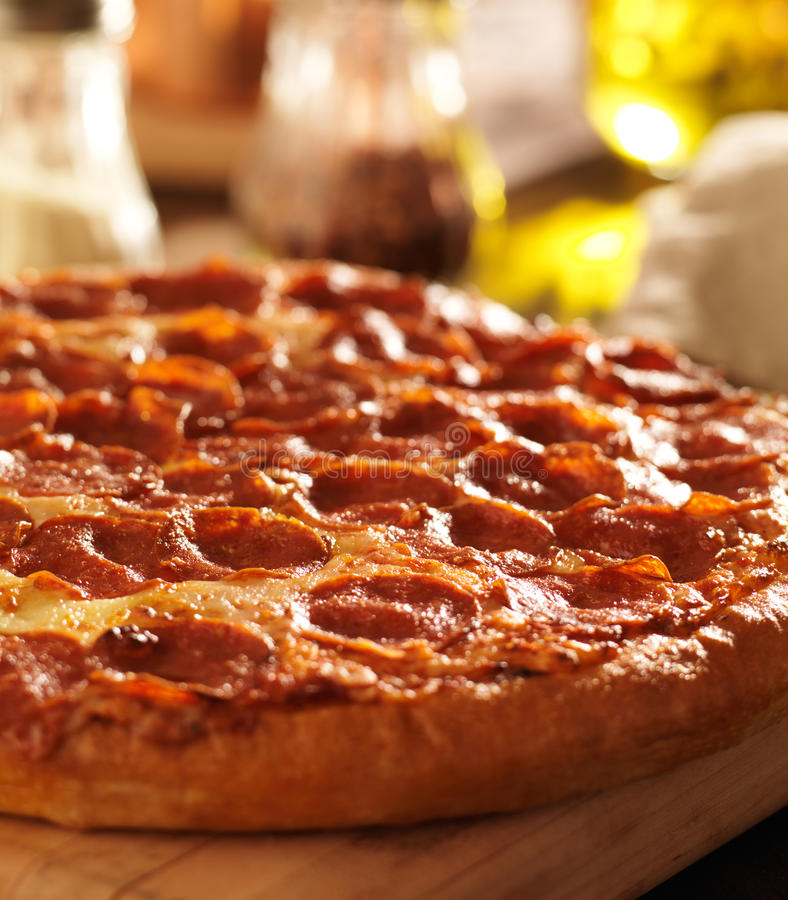Pizza de Pepperoni no restaurante fotografia de stock