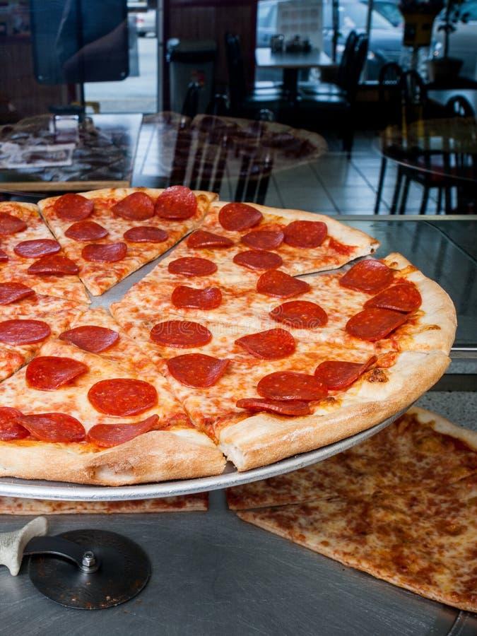 Pizza de pepperoni prête pour la vente images libres de droits