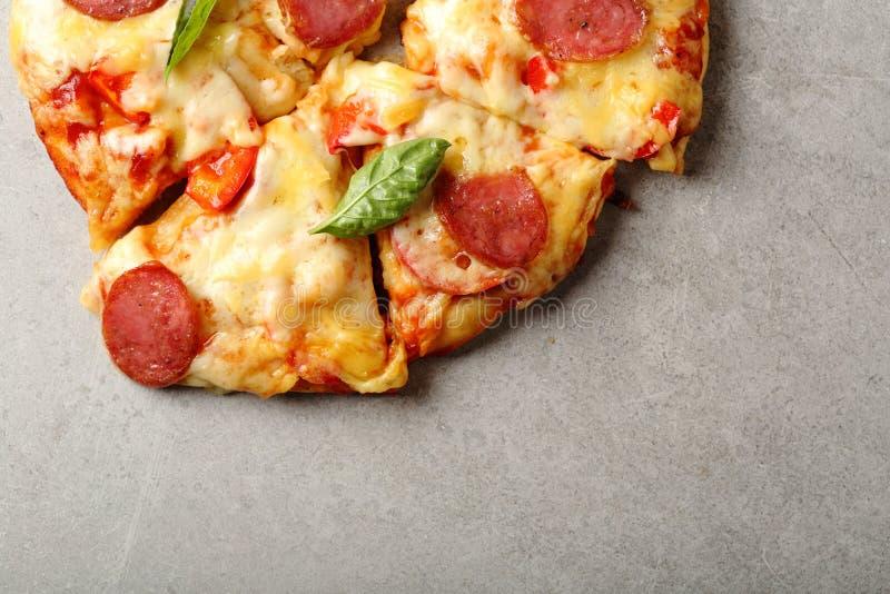 Pizza de pepperoni saboroso fotografia de stock royalty free