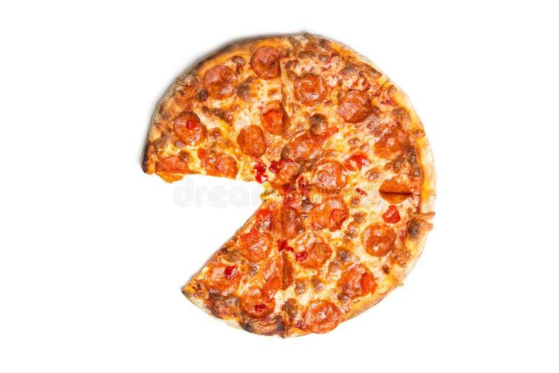 Pizza de pepperoni savoureuse fraîche sans une tranche d'isolement sur le fond blanc Vue supérieure photo libre de droits