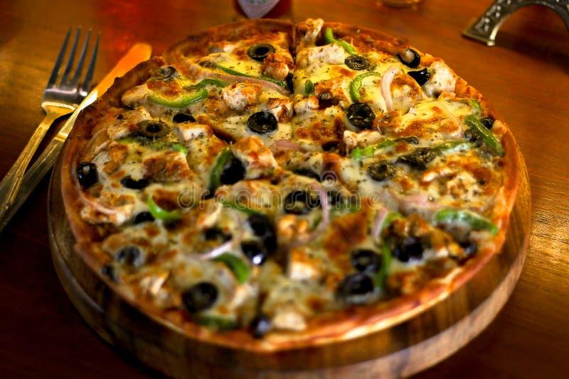 Pizza de queijo deliciosa da galinha do BBQ com queijo extra e azeitona preta imagem de stock