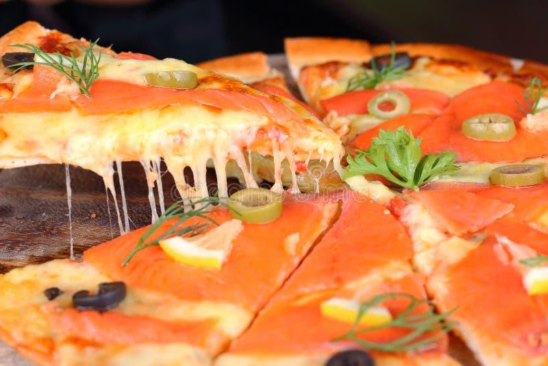 Pizza de queijo Salmon para comer o estiramento imagem de stock royalty free