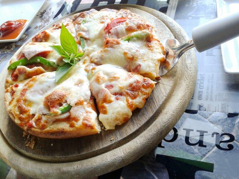 Download Pizza de queso del jamón foto de archivo. Imagen de europeo - 64204028