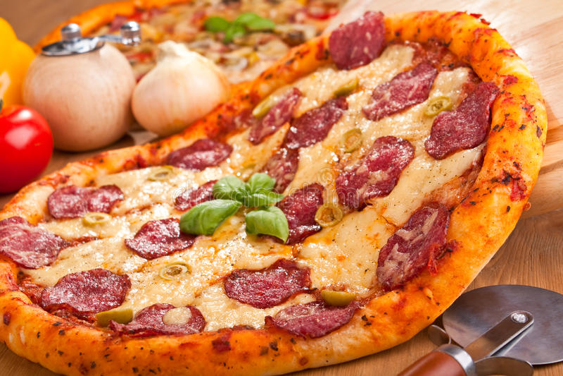 Pizza de salami image libre de droits