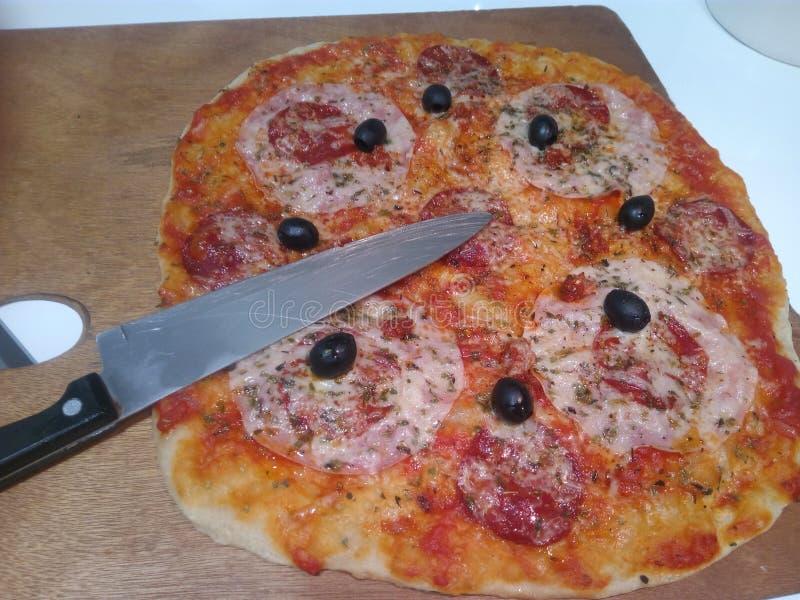 Pizza de salami et de jambon photographie stock