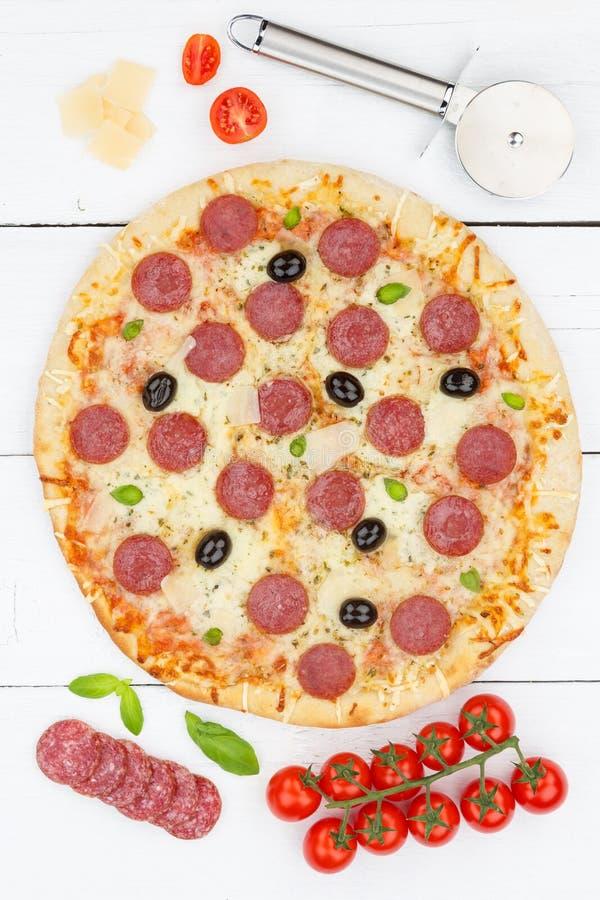 Pizza de salami de pepperoni des ingrédients ci-dessus de format de portrait sur le conseil en bois image libre de droits