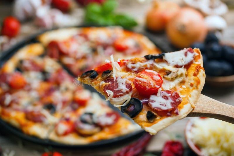 Pizza de salchicha deliciosa imagen de archivo