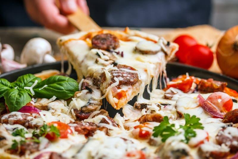 Pizza de salchicha hecha en casa imágenes de archivo libres de regalías