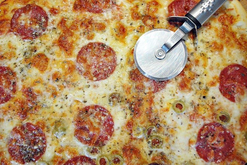 Pizza de salchicha redonda Margherita en una placa blanca imagen de archivo