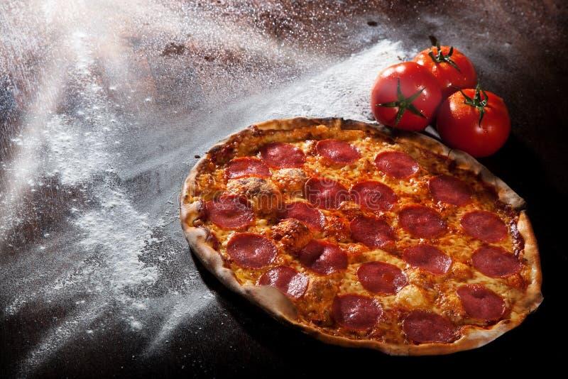 pizza de salchichones imágenes de archivo libres de regalías