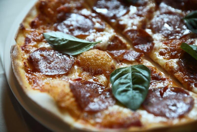 Pizza de salchichones caliente en una placa, comida italiana fotografía de archivo libre de regalías