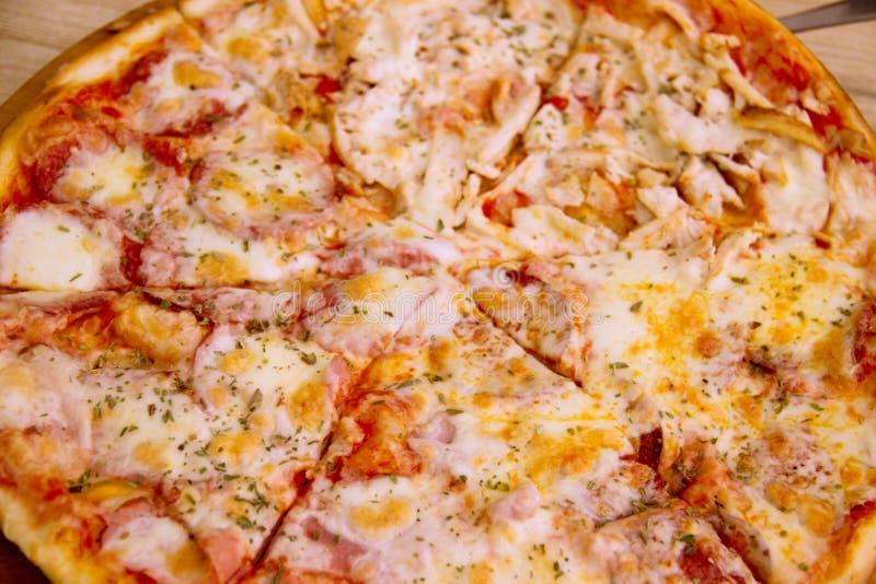Pizza de salchichones cocida fresca, profundidad del campo baja fotos de archivo