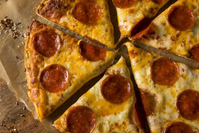 Pizza de salchichones congelada grasienta barata imagenes de archivo