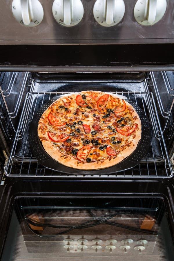 Pizza de salchichones en el horno fotografía de archivo libre de regalías