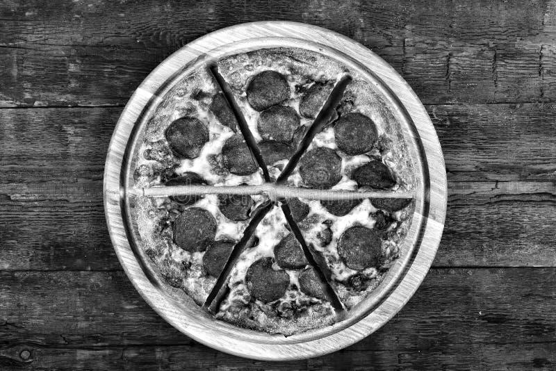 Pizza de salchichones en una tabla de madera, visión superior Estilo rústico Copie el espacio fotografía de archivo libre de regalías