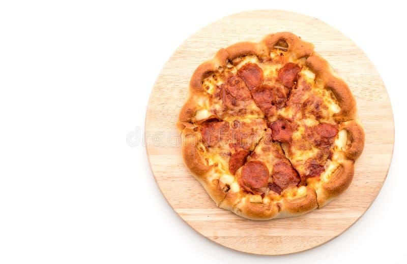 Pizza de salchichones hecha en casa en el fondo blanco imágenes de archivo libres de regalías