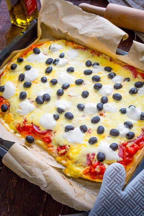 Pizza de salchichones hecha en casa italiana rústica con la mozzarella, las aceitunas negras del queso y Basil Leaves foto de archivo libre de regalías