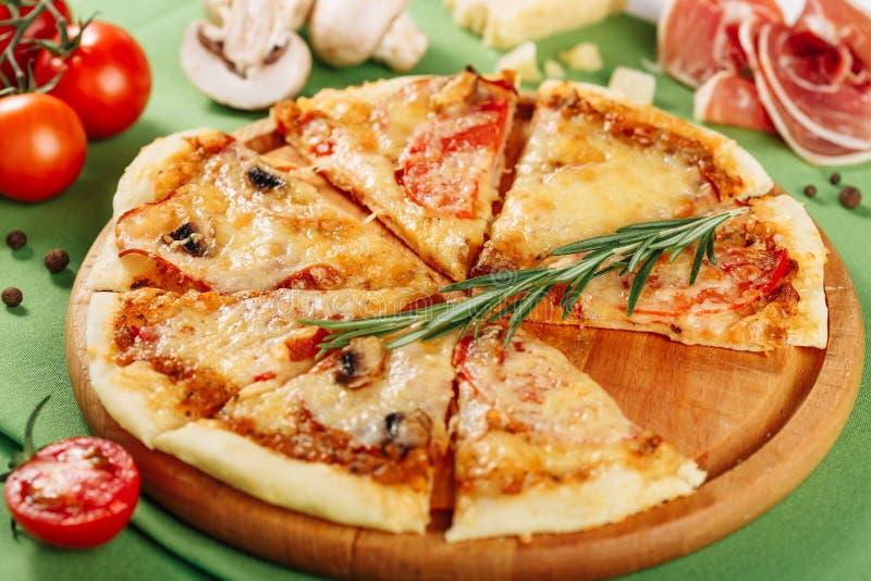 Pizza de salchichones italiana con Ham Closeup Side View imagenes de archivo