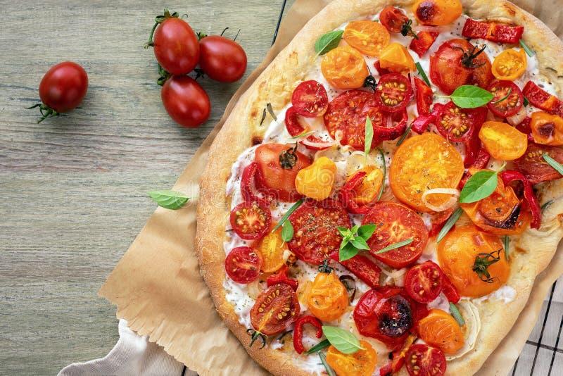 Pizza de tomate avec du fromage de ricotta photographie stock