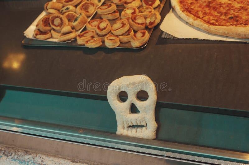 Pizza in de vorm van grappige schedel om jonge geitjes voor Halloween-partij te behandelen royalty-vrije stock foto's