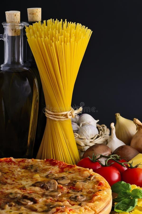 Pizza, deegwaren en ingrediënten stock afbeelding