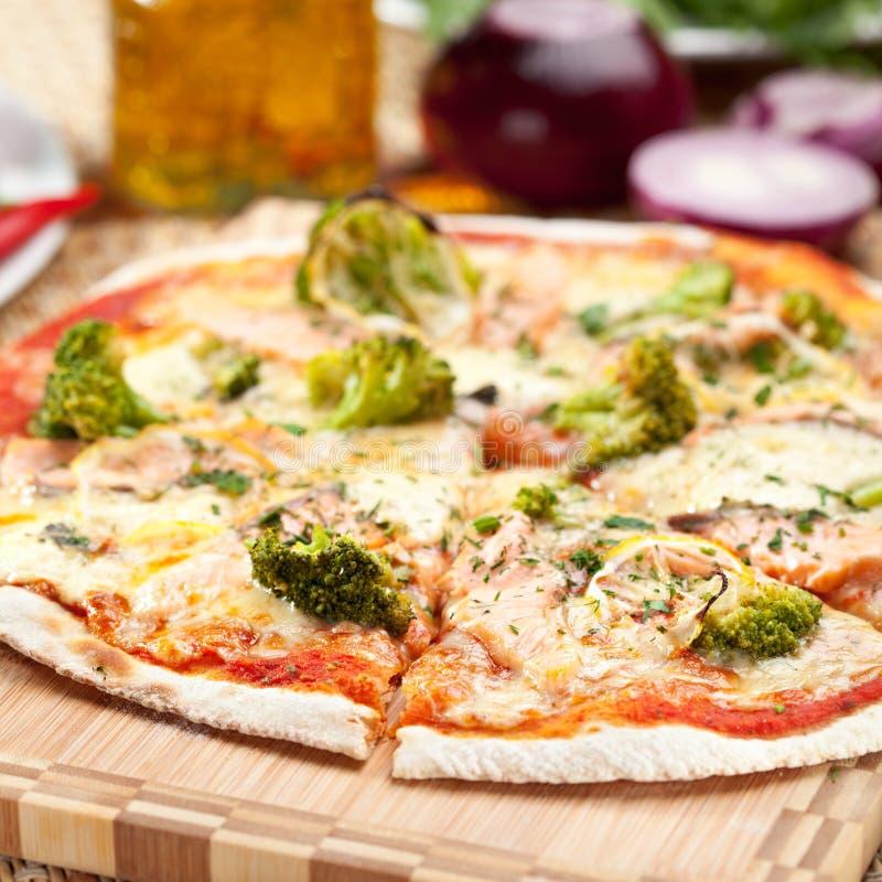 Pizza dei broccoli fotografie stock
