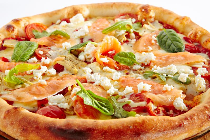 Pizza dei frutti di mare con il salmone fotografia stock