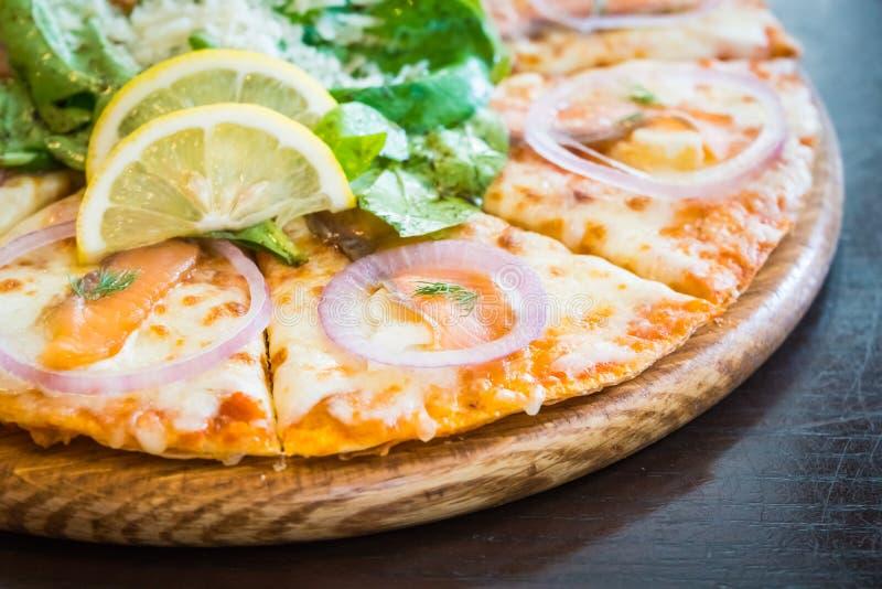 Pizza dei salmoni affumicati immagini stock libere da diritti