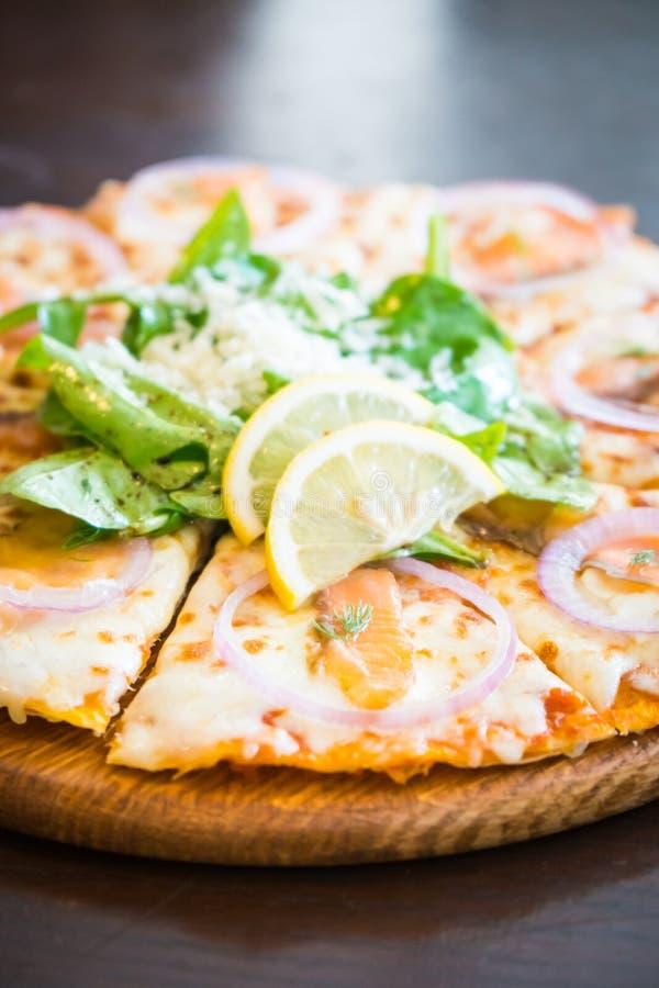 Pizza dei salmoni affumicati immagini stock