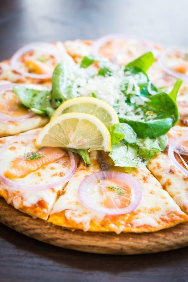 Pizza dei salmoni affumicati fotografie stock