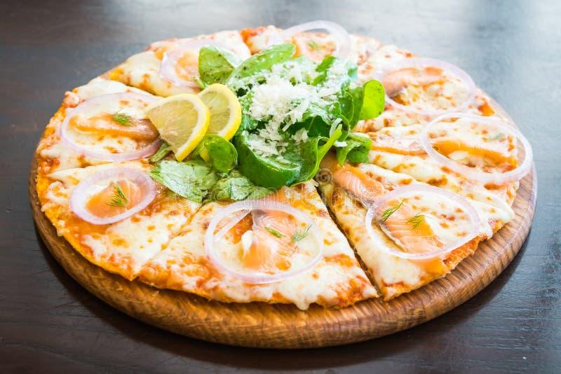 Pizza dei salmoni affumicati fotografie stock libere da diritti