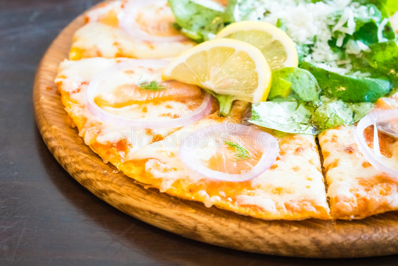 Pizza dei salmoni affumicati fotografia stock libera da diritti