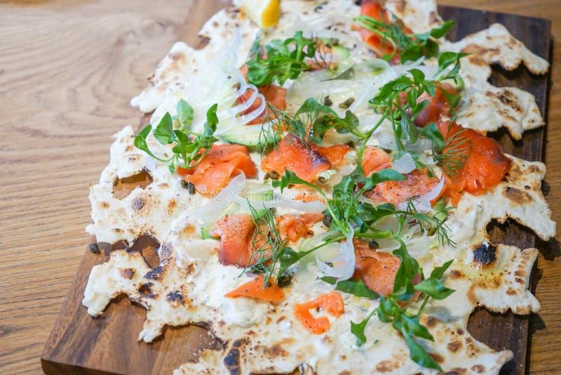Pizza dei salmoni affumicati immagine stock
