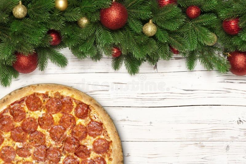 Pizza del fondo di Natale sul bordo di legno Merguez della pizza di progettazione di massima con lo spazio della copia per la pro fotografia stock