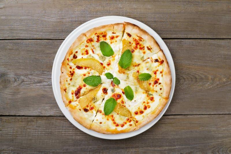 Pizza del formaggi de Quatro con la pera y el queso verde fotos de archivo libres de regalías