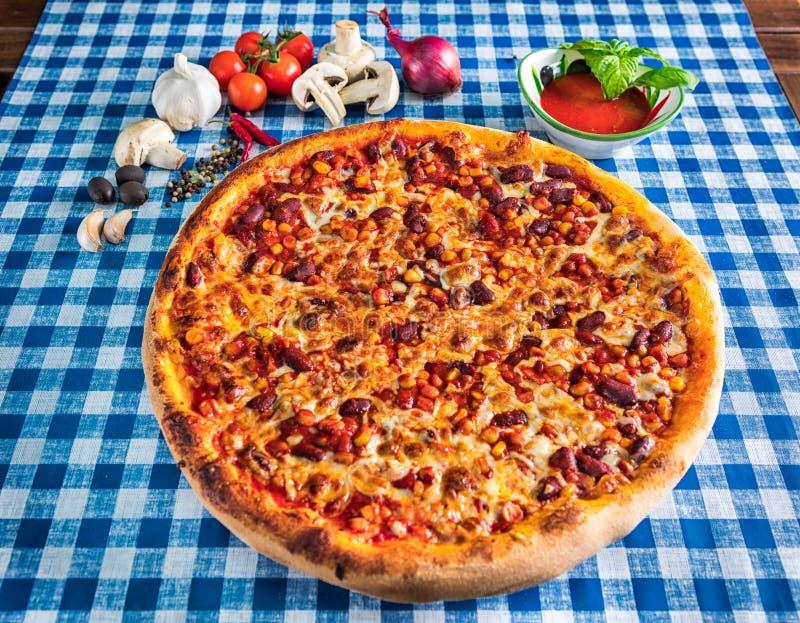 Pizza del maíz dulce y de la haba con queso foto de archivo libre de regalías