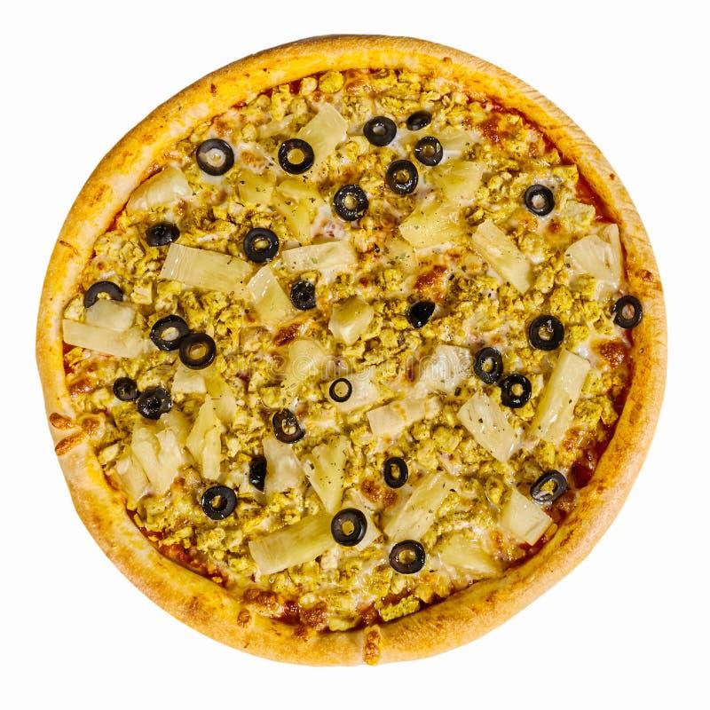 Pizza deliciosa com galinha e abacaxi no fundo branco Isolado imagens de stock royalty free