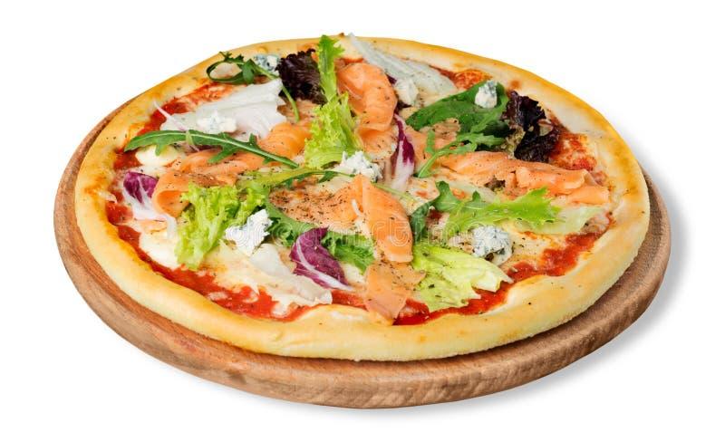Pizza deliciosa com os salmões isolados no branco imagem de stock royalty free
