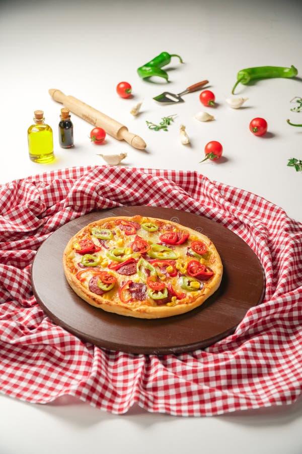 Pizza deliciosa com pimenta verde, salame e tomates fotos de stock royalty free