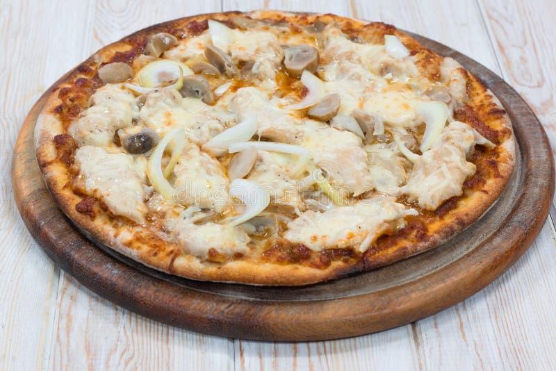Pizza deliciosa del pollo en la madera fotografía de archivo