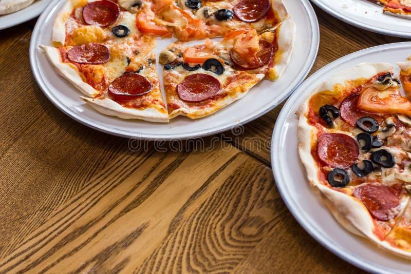 Pizza deliziosa appena preparato nella cucina fotografia stock