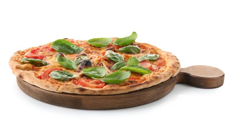 Pizza deliziosa con basilico organico fresco verde isolato fotografia stock libera da diritti
