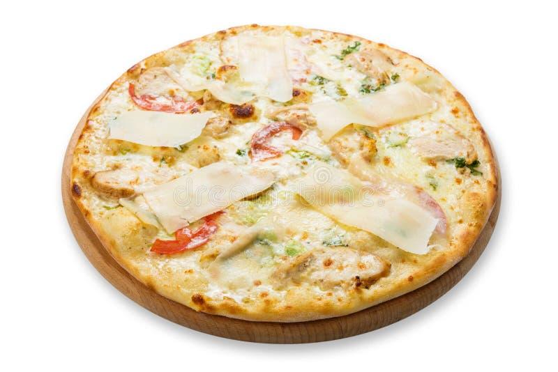 Pizza deliziosa con il pollo, il parmigiano e la rucola fresca fotografie stock