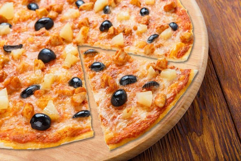 Pizza deliziosa con l'ananas, il pollo e le olive fotografia stock libera da diritti