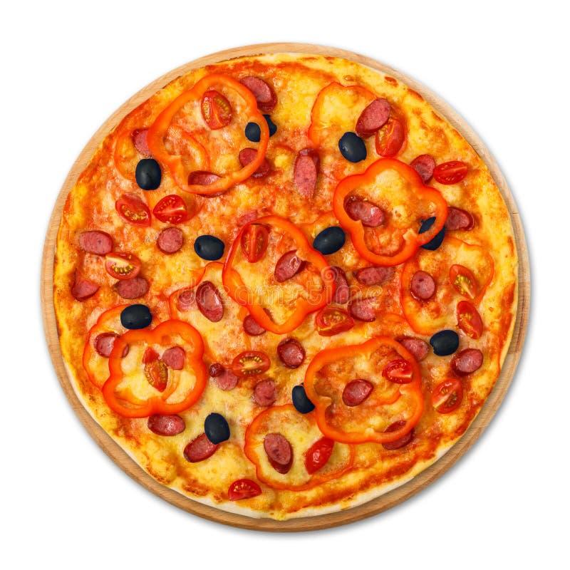 Pizza deliziosa con le salsiccie, i peperoni e le olive fotografia stock libera da diritti